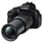 Die Bridge-Kamera HS50EXR von Fujifilm ist durch den Mikrofoneingang und das verstellbare Display auch für Hobbyfilmer interessant. (Bild: Fujifilm)