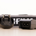 Der Bridgekamera liegt ein Adapter für das Ladegerät bei. Es ist sehr kompakt gebaut - ideal für Reisen. (Bild: netzwelt)