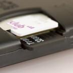 Unter der Rückseite befindet sich auch der Einschub für SIM-Karte (oben) und microSD-Karte (unten). (Bild: netzwelt)