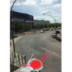 Im Aufnahmemodus sehen Sie unten den transparenten Auslöser. Halten Sie diesen gedrückt, um eine Videoaufnahme zu starten. Ist die Aufnahme gestartet, erscheint ein roter Punkt im Auslöser und der rote Balken um diesen füllt sich. Die maximale Aufnahmezeit beträgt zehn Sekunden. (Bild: Screenshot)