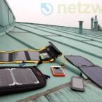 Sind Sie viel unterwegs und schonen Ihr Gerät nicht, sollten Sie unbedingt an einen mobilen Akku denken. Das kann ein Solarakku sein, der sich bei Sonneneinstrahlung wieder auflädt oder ein anderweitiges mobiles Ladegerät, welches Sie via USB-Kabel mit dem iPhone oder iPad  verbinden. (Bild: netzwelt)