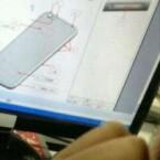 Auch hier ist das iPhone offenbar so dünn, dass die Kameralinse etwas aus dem Gehäuse hervorsteht. (Bild: Weibo via MacRumors)