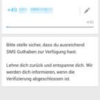 WhatsApp sendet Ihnen jetzt auf die neue Handynummer eine SMS und versucht, diese zu erkennen. Falls die neue Karte in einem anderen Gerät eingelegt ist, können Sie nach fünf Minuten den Code aus der SMS manuell eintragen. (Bild: Screenshot/WhatsApp für Android)