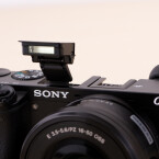 Auf einen Boardblitz müssen Fotografen nicht verzichten. Aber auch gehobenen Ansprüchen wird die a6000 gerecht. Sony verbaut einen Blitzschuh für externe Blitzgeräte. (Bild: netzwelt)