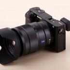 Die Systemkamera wird ebenfalls mit dem gut 1.000 Euro teuren 16-70mm F4 Zeiss Objektiv angeboten. (Bild: netzwelt)
