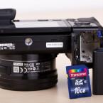 Akku und Speicherkarte sind im Batteriegriff untergebracht. Das Objektivgewinde ist weit genug von der Klappe entfernt, um auch bei einem Stativeinsatz SD-Karte und Akku zu tauschen. (Bild: netzwelt)