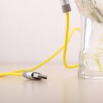 Über das ebenfalls beiliegende USB-Kabel lässt sich der Akku aufladen und direkt Musik vom PC wiedergeben. (Bild: netzwelt)