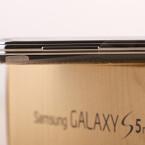 Auf der linken Seite des Gehäuses hat Samsung beim S5 mini die Lautstärkewippe platziert. (Bild: netzwelt)