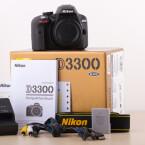 Die D3300 wird mit Ladegerät, Akku, Tragegurt und gedruckter Anleitung ausgeliefert. (Bild: netzwelt)