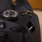 Das Moduswahlrad erlaubt den Zugriff auf die Vollautomatik und die Szeneprogramme. Die DSLR kann auch komplett manuell bedient werden. (Bild: netzwelt)