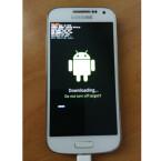 Auf Ihrem Smartphone ändert sich ebenfalls der Screen, und Sie sehen das Android-Männchen und einen Ladebalken. Während Sie am PC den Fortschritt auch in Prozent erkennen können, müssen Sie auf dem Samsung-Gerät mit einem einfachen Ladebalken vorliebnehmen. (Bild: Samsung Galaxy S4 mini)