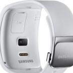 Auf der Rückseite kann der Nutzer eine SIM-Karte in die Smartwatch einlegen und dann auch ohne Smartphone telefonieren oder ins Netz gehen. (Bild: Samsung)