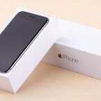 Deckel ab und hier ist es das iPhone 6 mit einer Bilddiagonale von 4,7 Zoll.