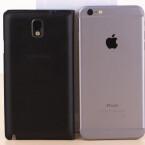 Der direkte Rückseiten-Vergleich zwischen iPhone 6 Plus und Samsung Galaxy Note 3.