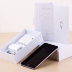Keine Überraschung unter dem iPhone: Netzteil, Lightning-Kabel und Kopfhörer gehören zum Lieferumfang.
