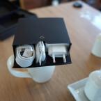 USB-Kabel, Netzteil und Kopfhörer gehören zum Lieferumfang.