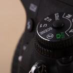"""Die Bedienung ist wie bei günstigeren Modellen ausgelegt. so verfügt auch die D750 über ein Muduswahlrad und einen """"Grünen Modus"""" sowie Szenenautomatiken. Angesichts von 1,5 Kilogramm inklusive 24-120mm-Objektiv setzt Nikon konsequent auf eine Zweihandbedienung der DSLR."""