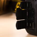 Die Anschlüsse liegen sicher unter Gummi-Verschlüssen. Die D750 besitzt Mikrophoneingang, Kopfhörerausgang, HDMI-Ausgang und USB-Anschluss - leider nur USB 2.0. Auch ein Fernauslöser kann angeschlossen werden.
