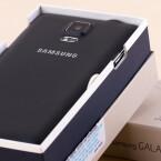 Aus der Lederrückseite des Galaxy Note 4 ragt die neue 16-Megapixel-Kamera hervor.