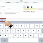 """Auf der Webseite erkennt Safari das Feld für die Kreditkartendaten. Tippst du in das Feld, startet die Tastatur. Jetzt wird dir die Auswahl """"Autom. ausfüllen (Kreditkarte)"""" angezeigt. Wähle diese Funktion aus."""