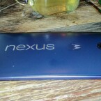 Die Rückseite des Google Nexus 6 ist leicht gewölbt.