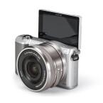 Die Systemkamera Sony ILCE-5000LS mit WLAN, Original-Sony-Kameratasche, 8-Gigabyte-SD-Karte und dem SELP1650-Objektiv ist ebenfalls ein sehr gutes Angebot von Tchibo.