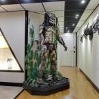 Doch hinter der Tür trifft man vor allem auf eine Filmfigur, den Predator, aus dem gleichnamigen Film mit Arnold Schwarzenegger.