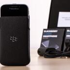 Unserem Testgerät legt BlackBerry auch eine edle Ledertasche bei. Im Online-Shop des Herstellers ist sie für rund 30 Euro erhältlich.