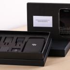 Unterhalb des BlackBerry Classic finden sich im Karton jede Menge Zubehör.