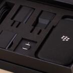 Dazu zählen verschiedene Netzteile, eine Schutzhülle und ein Datenkabel.