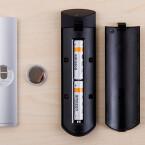 Die Fernbedienung von Apple TV wird per Knopfzelle mit Energie versorgt, Amazon Fire TV mit Migonzellen.