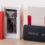 """Unterhalb des Nexus 6 befindet sich im Karton ein roter Umschlag mit der Aufschrift """"Nexus"""" sowie diverses Zubehör."""
