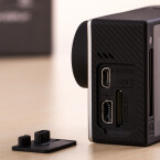 Die Kamera verfügt über einen Mini HDMI- sowie USB-Ausgang an der Seite.