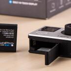 Der Akku der GoPro Hero4 Silver wird aufgrund des Display nun an der Unterseite eingeschoben.