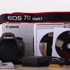 Der gesamte Inhalt auf einen Blick. Neben Canon-Software auf CDs und Bedienungsanleitungen auf gleich mehreren Sprachen befinden sich Kameragurt, Akku und Ladegerät sowie USB 3.0 -Kabel im Karton.