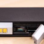 Die Lumix verfügt über einen microSD-Kartenschacht und einen Platz für eine SIM-Karte.