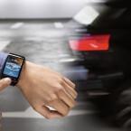 Per Smartwatch kommunizieren Fahrer und Fahrzeug aus der Ferne.