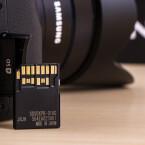Die Systemkamera unterstützt den neuen UHS-II-Standard für SD-Karten mit einer Schreibgeschwindigkeit von bis zu 250 Megabyte pro Sekunde.
