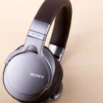 Den Kopfhörer gibt es in zwei unterschiedlichen Farbvarianten. Beide sind dezent edel.