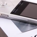 ...während Sony auf der Vorderseite auf eine Aluminiumfront setzt.