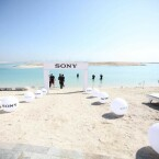 Jetzt geht es los der Eingang zum Xperia AquaTech Store ist am Strand mit Bällen markiert. (Bild: Facebook/Sony Mobile ME)