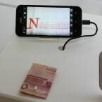 Dieses Foto soll die Vergrößerungsfähigkeiten des Asus ZenFone Zoom demonstrieren. Auf dem Smartphone-Bildschirm ist selbst die kleinste auf dem Geldschein vorhandene Schrift noch zu erkennen.
