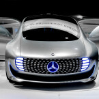 """Das """"Auto der Zukunft"""" ist flach und besitzt einen großen Innenraum, der durch die weit auseinander liegenden Räder möglich wird. Dort sitzen die Insassen normalerweise nicht hintereinander, sondern direkt gegenüber wie in einer Pferdekutsche."""