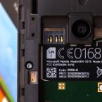 Oberhalb des Akkus weist das Microsoft Lumia 530 einen SIM-Slot sowie einen Steckplatz für microSD-Karten auf.