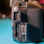 Neben Auslöser- und USB-Anschluss könnt ihr auch ein externes Mikro an die DSLR anschließen.