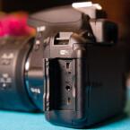 Bilder und Videos werden auf SD-Karten gespeichert. Über dem Kartnschacht befindet sich ein HDMI-Ausgang.
