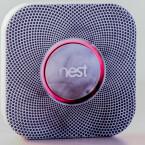 Nest Protect macht einiges anders als herkömmliche Rauchmelder. Das Gerät ist mit Rauch-, Hitze- und Kohlenmonoxid-Sensoren ausgestattet. Abhängig vom Ereignis blinkt der LED-Ring in verschiedenen Farben auf.