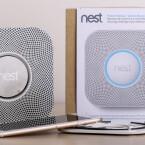 Dank der Internetverbindung übermittelt er seinen Zustand an die Nest-App für iOS und Android. Unterwegs ist man auf dem Smartphone oder Tablet immer über den Zustand in den eigenen vier Wänden informiert.