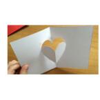 Um den 3D-Effekt zu erhalten, müsst ihr das Herz nun aus der Karte herausstülpen.