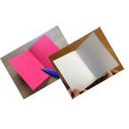 Anschließend faltet ihr beide Karten einmal in der Mitte, sodass zwei Blankokarten entstehen.
